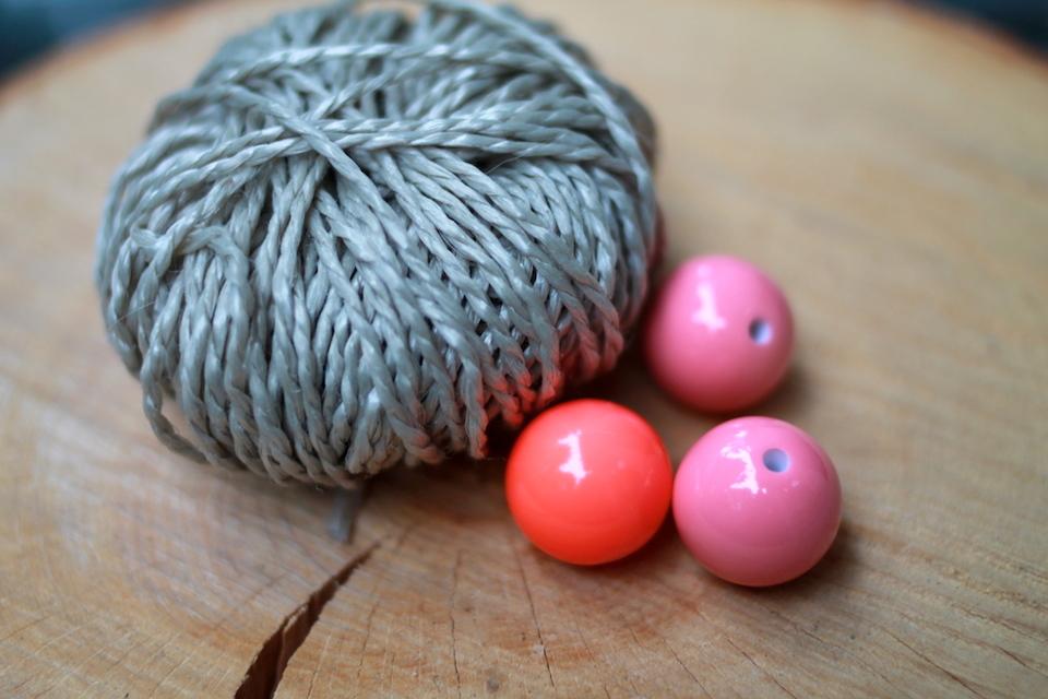 Easy DIY: Sommerliche Kugelkette mit verschiedenen Bändern