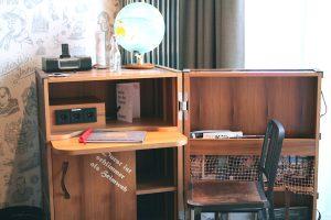 Überseekoffer als Schreibtisch im 25 Hours Hotel in der Hamburger Hafencity