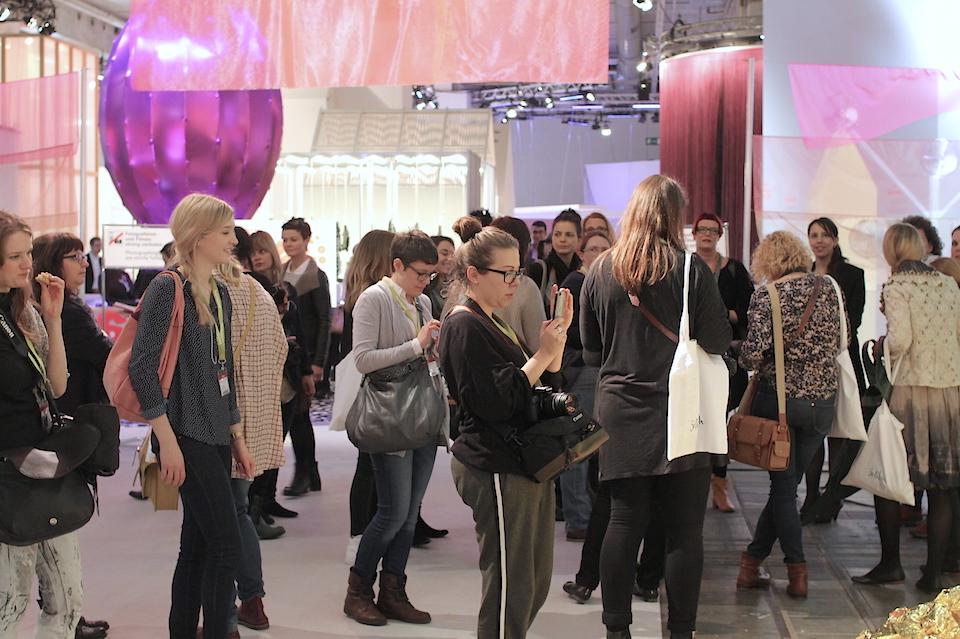 25 Mädels auf Entdeckungsreise beim SoLebIch Treffen in Frankfurt bei der Heimtextil_960px
