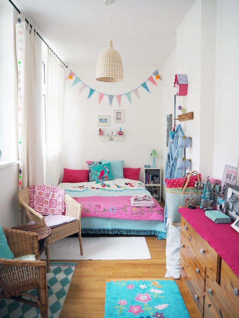 In einem ganz anderen Stil gestaltet ist das Gästezimmer. Es dominieren die Farben Pink und Türkis. Foto: MArasco-Albry