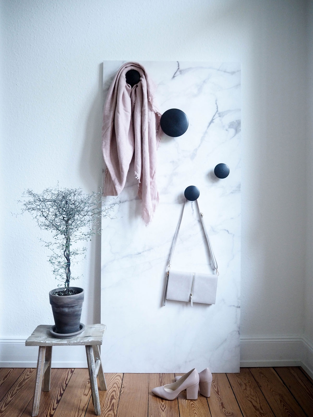 DIY: Mobile Wand tapezieren als Sichtschutz und Garderobe